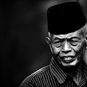kakek by Zulkifli Sukarta - People Portraits of Men