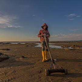 Mesin Scaning untuk mencari Lokan by Yusop Samsudin - People Portraits of Men