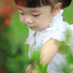 Curious Child by Hadinata Lim - Babies & Children Children Candids ( child, girl, park, children, people )