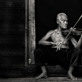 MAESTRO  by Ezha Nizami - People Portraits of Men