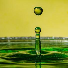 Grøn søyle by Bjørn Bjerkhaug - Abstract Water Drops & Splashes
