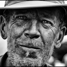 Croccodile Dundee  by Etienne Chalmet - Black & White Portraits & People ( black and white, street, men, people, portrait, hat,  )