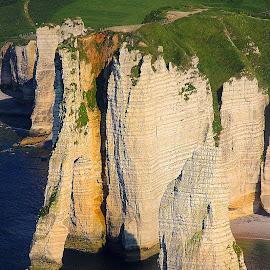 Etretat - Les aiguilles et le chemin des douaniers by Gérard CHATENET - Landscapes Waterscapes