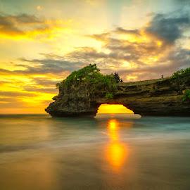 Sunset at Batu Bolong Temple, Bali by Fuad Arief - Landscapes Sunsets & Sunrises ( temple, bali, indonesia tourism, tanah lot, batu bolong temple )