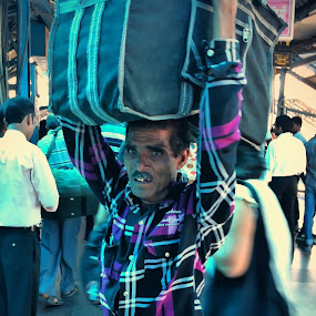 I will carry my world around by Tarun Jha - Instagram & Mobile iPhone ( iphoneography, new delhi, iphone street photography, india, indian street, tarun jha photography, mobile photography, street photography )