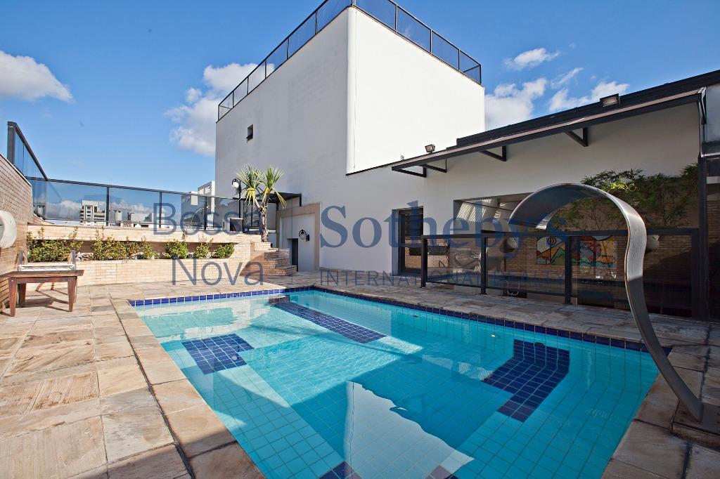 Cobertura com piscina aquecida e cascata