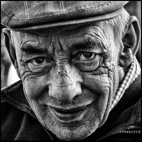 Bankzitter 2 by Etienne Chalmet - Black & White Portraits & People ( street, people, portrait,  )