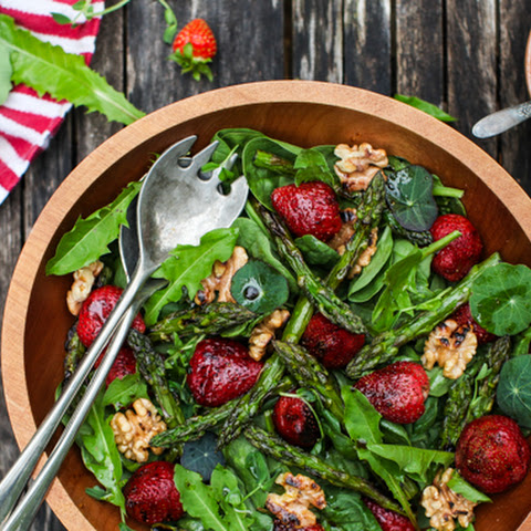 Spinach Salad with Grilled Strawberries, Asparagus and Walnuts