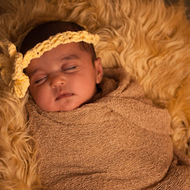 by Clarice Oliveira - Babies & Children Babies ( studio, estúdio, baby, yellow, amarelo, bebê )