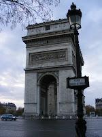 El Arco del Triunfo, ubicado en la plaza Charles de Gaulle en la que se encuentran hasta 12 avenidas
