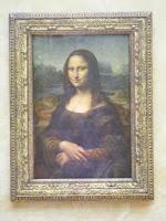 Si entramos por la Puerta de los Leones, estaremos relativamente cerca del cuadro más universal del museo, la Mona Lisa de Da Vinci