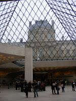 El vestíbulo principal permite ver la pirámide desde dentro
