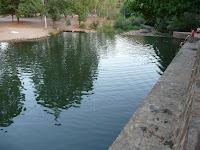 Riomalo de Abajo es un pueblo de la provincia de Cáceres, cuyo acceso cruzando el río Alagón supone abandonar Castilla y León