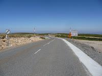 Según se acerca su cima, la vegetación desaparece de los paisajes desde carretera