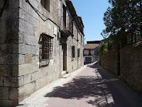 En una de sus calles se encuentran frente a frente el Palacio Episcopal y el antiguo hospital