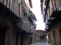 La mayoría de sus casas comparten el mismo aspecto, combinando adoquines y tablones de madera