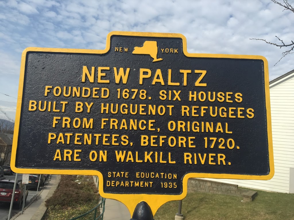 NEW YORK NEW PALTZ FOUNDED 1678. SIX HOUSES BUILT BY HUGUENOT REFUGEES FROM FRANCE, ORIGINAL PATENTEES, BEFORE 1720. ARE ON WALKILL RIVER. STATE EDUCATION DEPARTMENT 1935