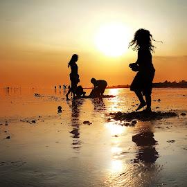 bermain di pantai by Indra Prihantoro - Babies & Children Children Candids ( children, children candids )