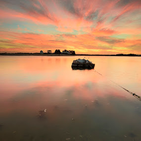 Waiting... by Rui Catarino - Landscapes Waterscapes ( tejo, céu, sky, estuário do tejo, sunset, barreiro, por do sol )