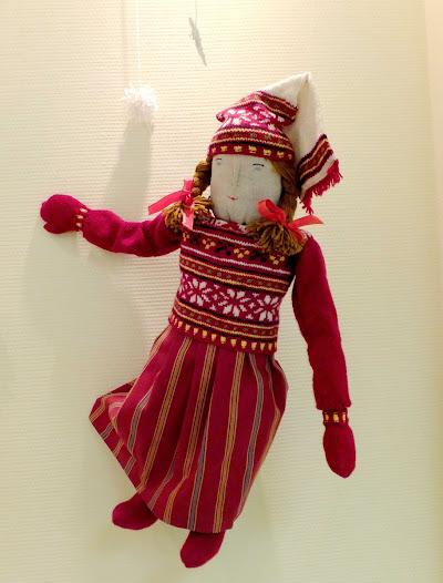 А девочку звали Ану, Пэйви и даже Куккола. Но запомнилась Анникка.  У куклы красивая народная одежда, полосатая юбка, узорный свитер и головной убор саппана.