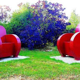 LES FAUTEUILS POUR TOUS ! by CECILE MATTI - City,  Street & Park  Neighborhoods ( couleurs vives, rouge, rue, fauteuils, quartiers,  )