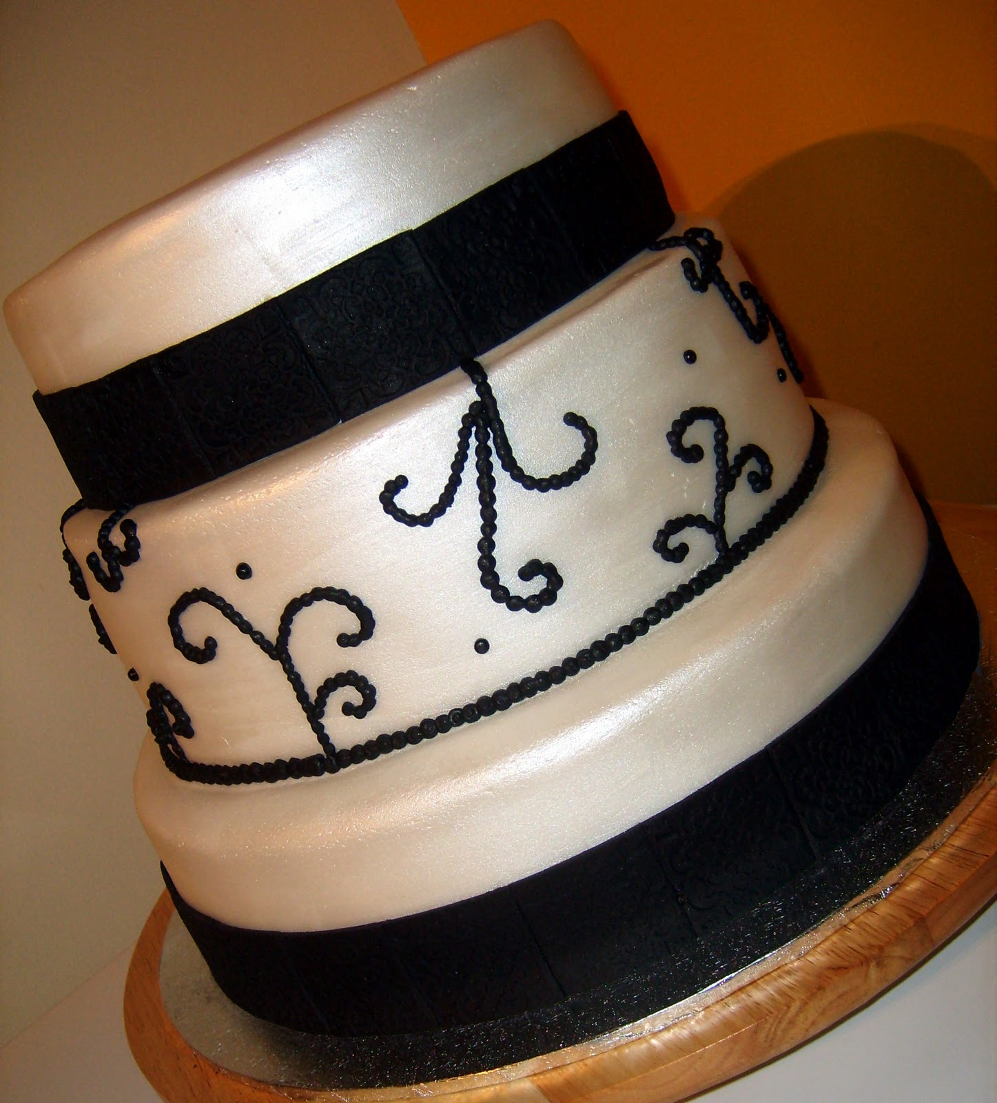 wedding cake black white
