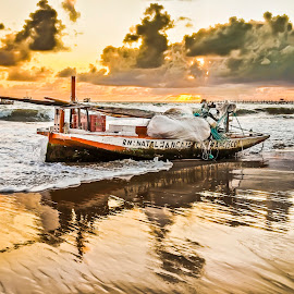 Early morning with boat. by Rqserra Henrique - Transportation Boats ( brazil, dawn, nature, natal, rqserra, beach, boat )