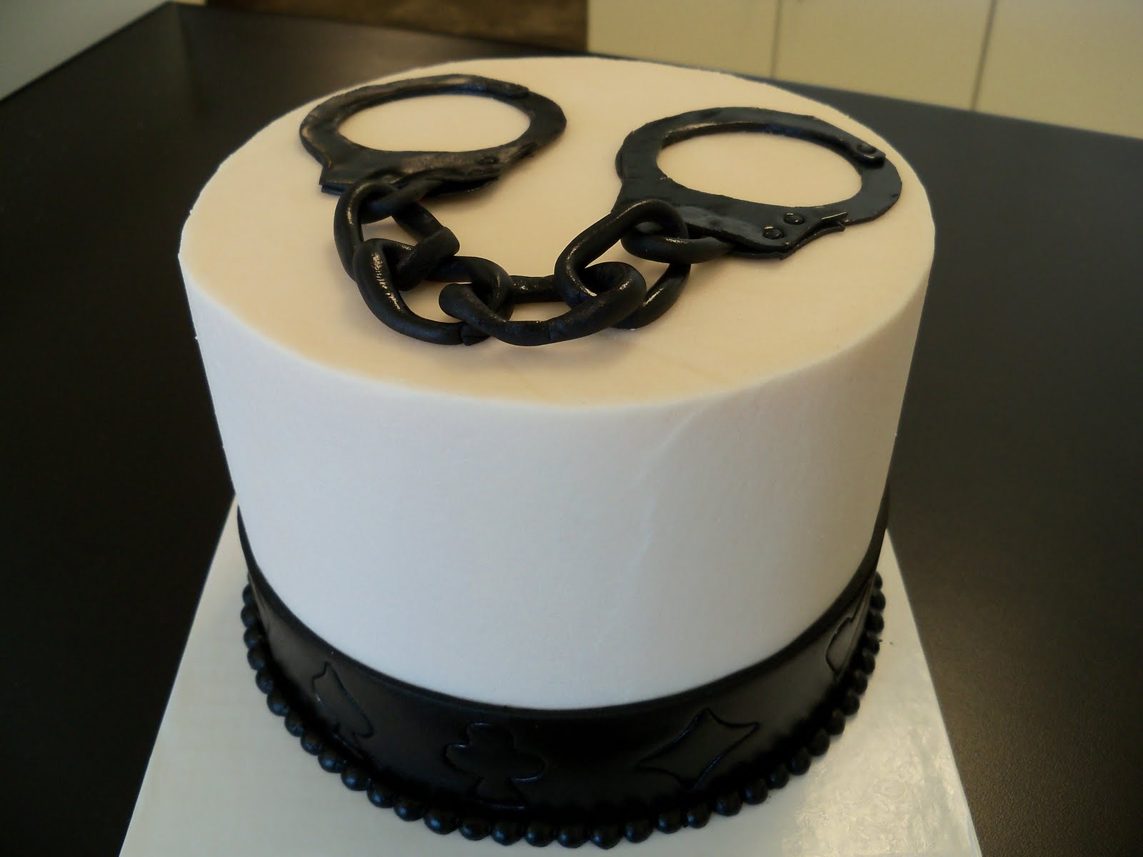 Handcuffs wedding cake (to top