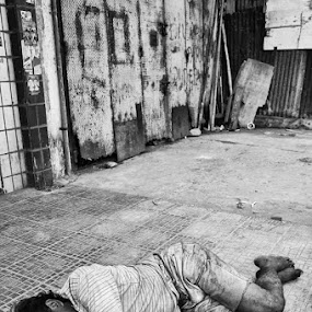sleep tight by Yoesrianto Tahir - News & Events World Events ( makassar, indonesia, homeless )