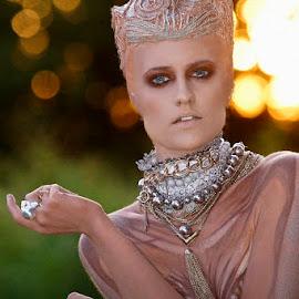 Whitney - the Alien by Alistair Cowin - People Portraits of Women