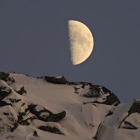 Måne. Lofoten by Karl-roger Johnsen - Landscapes Mountains & Hills