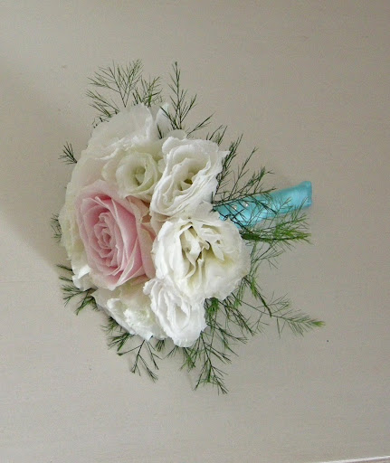 wedding bouquets tied with antique brooch