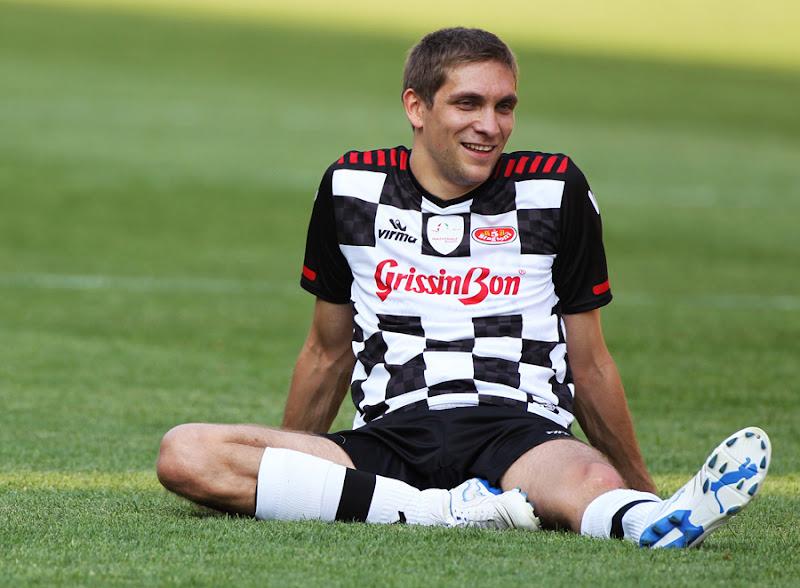 Виталий Петров на футбольном газоне на благотворительном матче на Гран-при Монако 2011