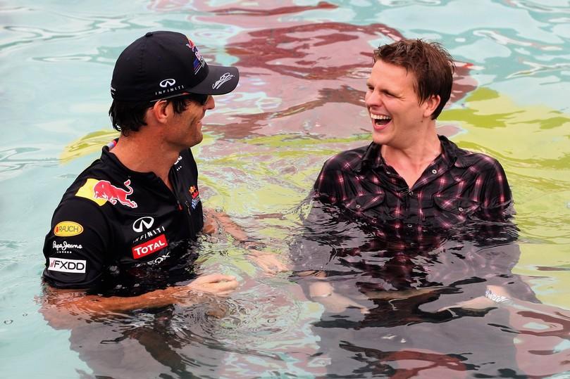 Джек Хамфри и Марка Уэббер смеются в бассейне Монте-Карло на Гран-при Монако 2011