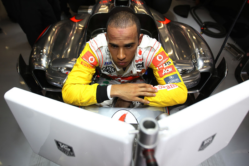 Льюис Хэмилтон изучает мониторы McLaren на Гран-при Испании 2011