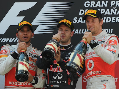 Льюис Хэмилтон Себастьян Феттель и Дженсон Баттон с шампанским на подиуме Гран-при Испании 2011