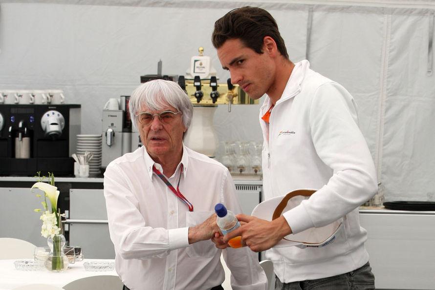 Берни Экклстоун и Адриан Сутиль присаживаются за столик на Гран-при Испании 2011
