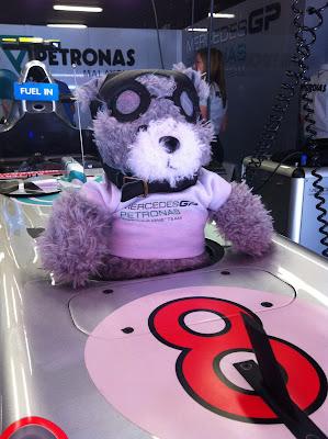 первая гонка плюшевого мишки Silbear за рулем Mercedes на Гран-при Испании 2011