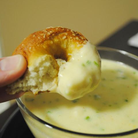 Easy Mini Soft Pretzels + Cheese Sauce Recept | Yummly