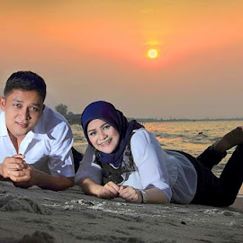 love in the sunsets by Arifin Pane - People Couples ( love, sunset, couple, beach, sun )