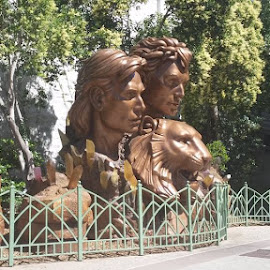 Siegfried & Roy statues in Las Vegas by Maricor Bayotas-Brizzi - Buildings & Architecture Statues & Monuments
