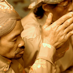 praying by Niko Wazir - News & Events World Events