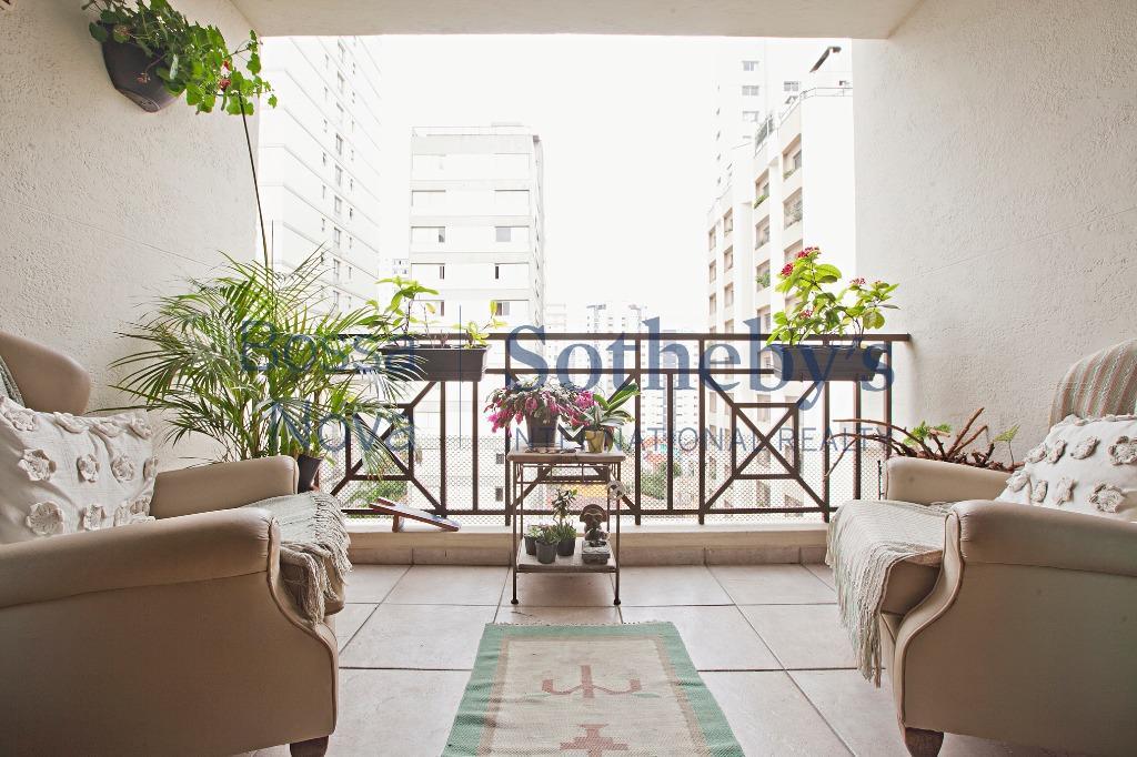 Apartamento avarandado em rua tranquila.