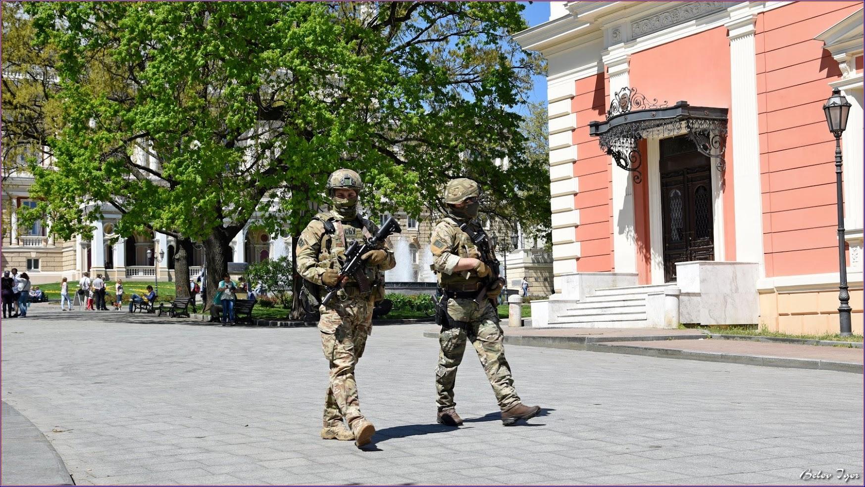 В центре Одессы гуляют автоматчики в камуфляже (фото)