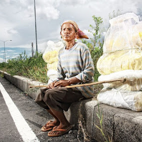 struggle for life by Airul Hidayat - People Street & Candids
