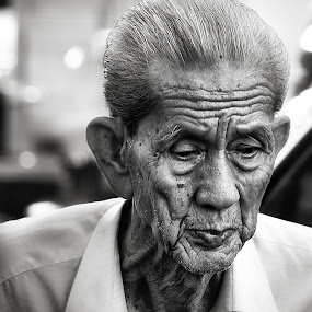 don't thinking too much old man by Cahaya TaOfik - People Street & Candids