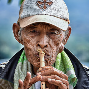 Flute Man by Hendri Suhandi - People Musicians & Entertainers ( flute, street, candid, senior citizen, portrait of men )