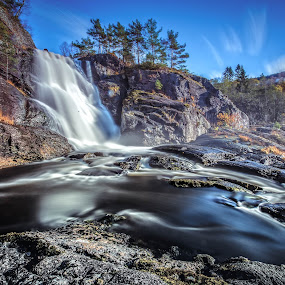 Høstfarge og foss by Dag Hafstad - Uncategorized All Uncategorized