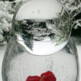 paesaggio invernale in una sfera di vetro poggiata su un calice by Patrizia Emiliani - Artistic Objects Glass ( inverno, neve, sfera di vetro, calice, candelina rossa, paesaggio )