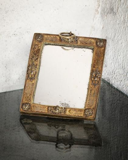 Spegeln är ett av få personliga föremål som finns kvar från Carl Gustaf Wrangel. Krigsherrar i fält ville ha alla bekvämligheter som ett hem kunde erbjuda och förde ofta med sig hela möblemang.